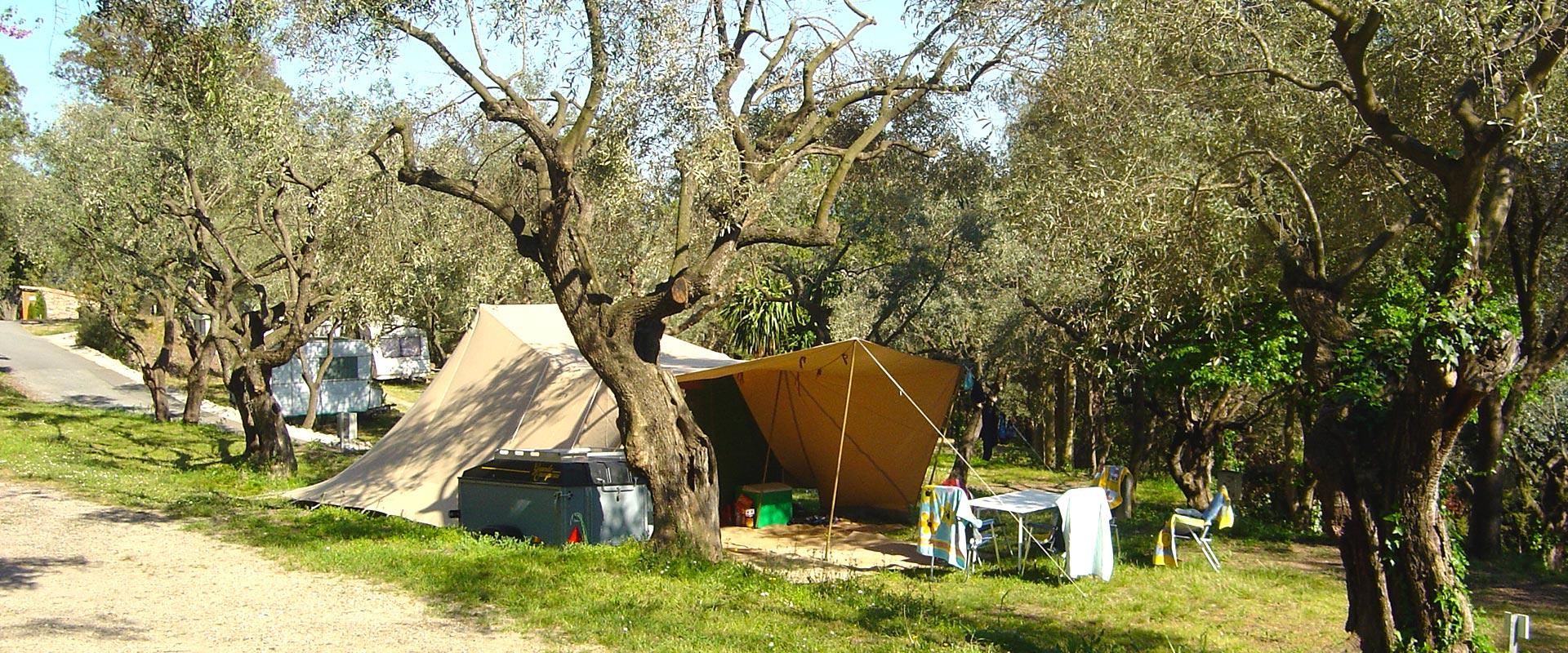Een kampeerplaats voor tenten
