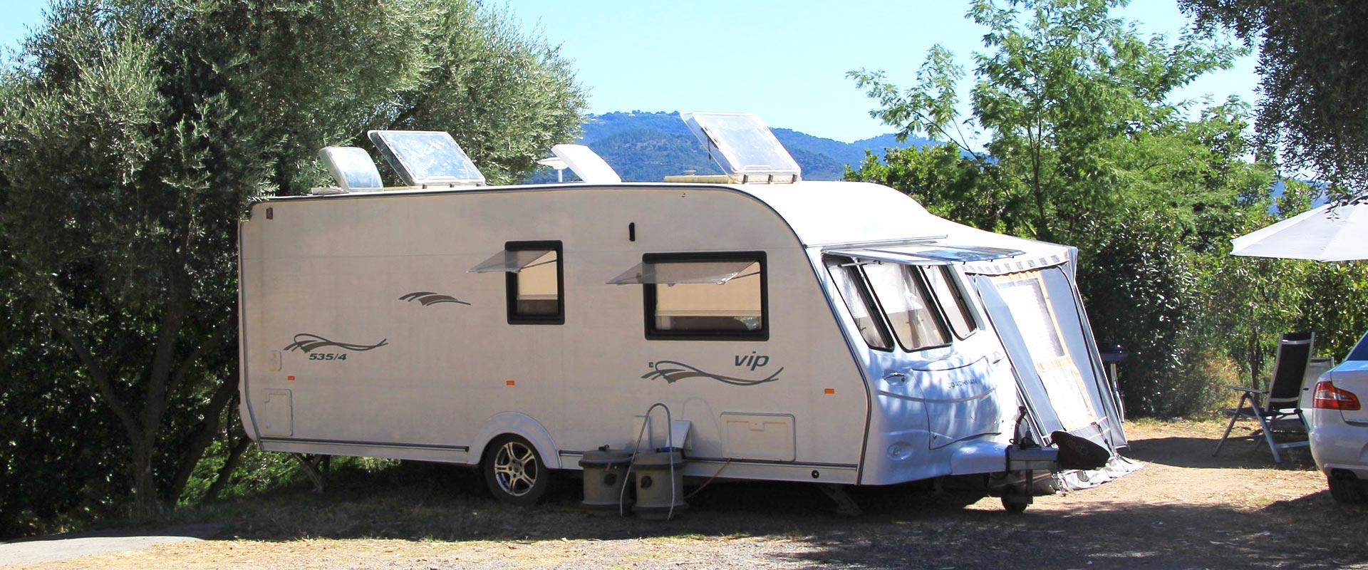 Emplacement Terrasse avec une caravane