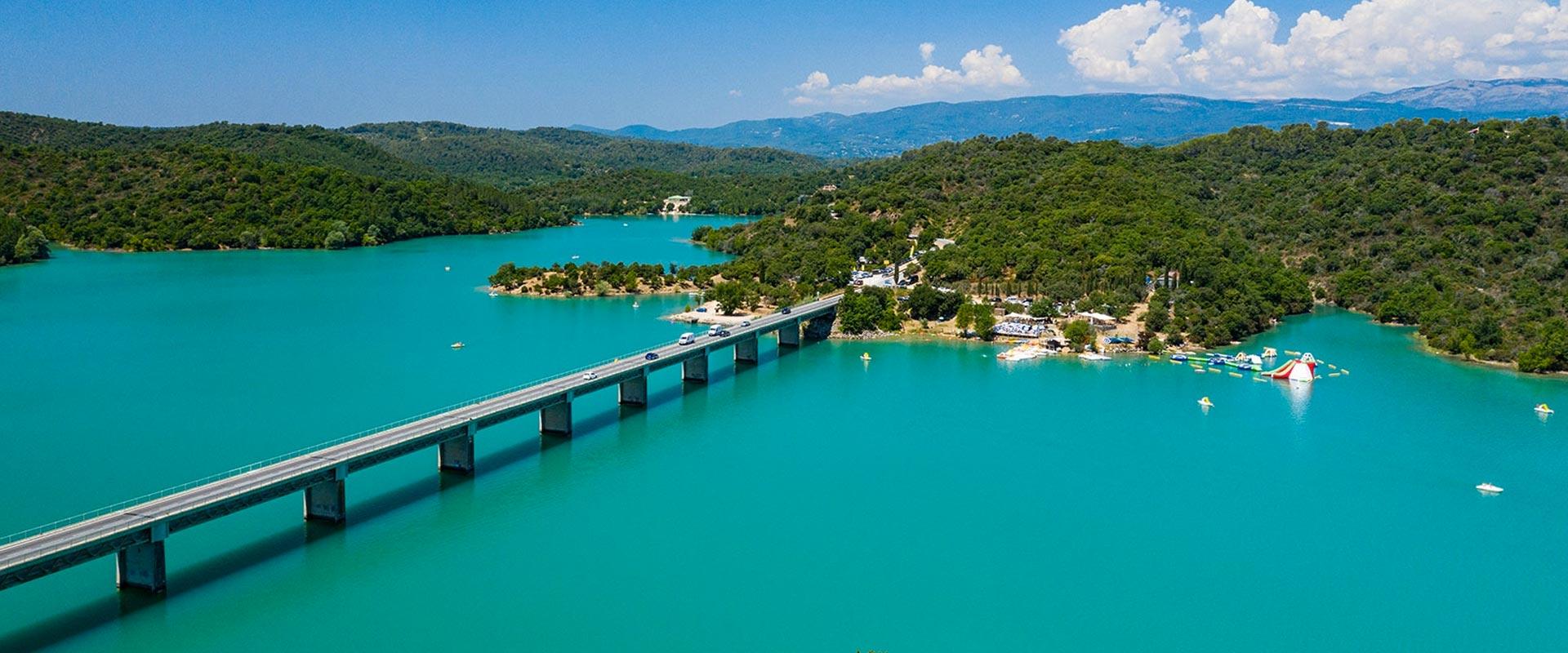 Luchtfoto van het meer van Saint-Cassien